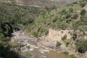 Fahren am Abgrund in der Region Huancavelica, Rio Mantaro, Zentralanden, Peru