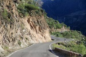 Fahren am Abgrund in der Region Huancavelica, Zentralanden, Peru